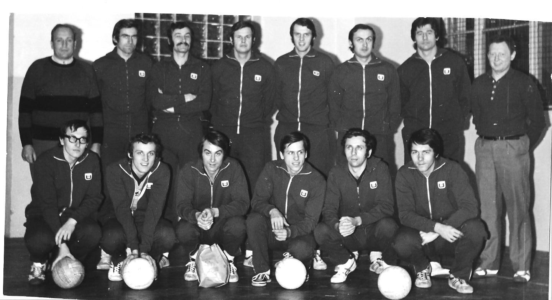 Extraliga 1972/73. Láďa ve dřepu třetí zleva.