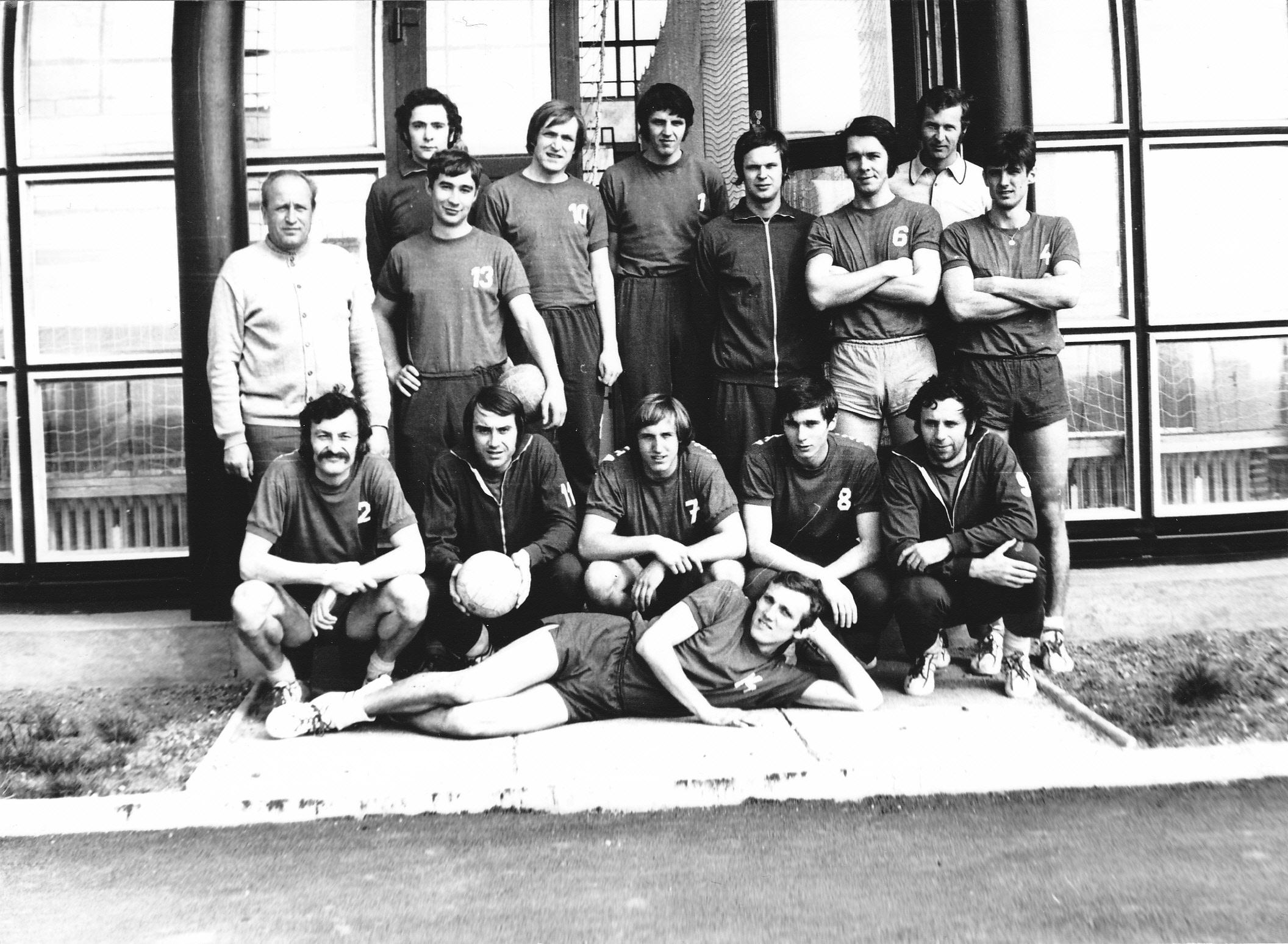 Láďa s míčem v ruce v dolní řadě s družstvem, které si vybojovalo extraligu v roce 1974.